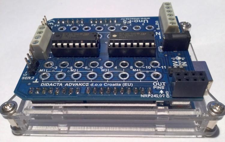Uno-F5 Shield auf einem Arduino UNO (mit Sunfounder-Gehäuse)